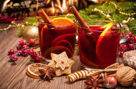 gluehwein-mit-zimtstange-und-weihnachtsgebaeck